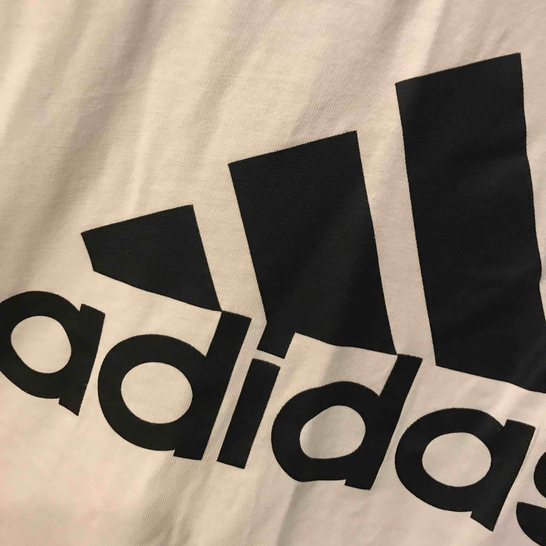 Adidas tröja i stl M. Välanvänd men lika fin (och skrynkligt) ändå. Inte riktigt min stil längres så lika bra att se om någon annan vill ha den :) 110kr inklusive frakt!. T-shirts.