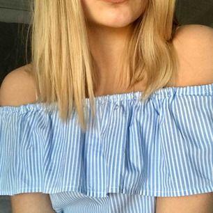 """Blå och vit off shoulder topp💙 är av ett """"finare"""" tyg och är därför inte så mjukt🥰 jätte bra kvalité"""