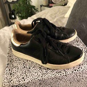 Sneakers från stradivarius. Väldigt använda och därav lite smutsiga. Köparen står för frakt :)