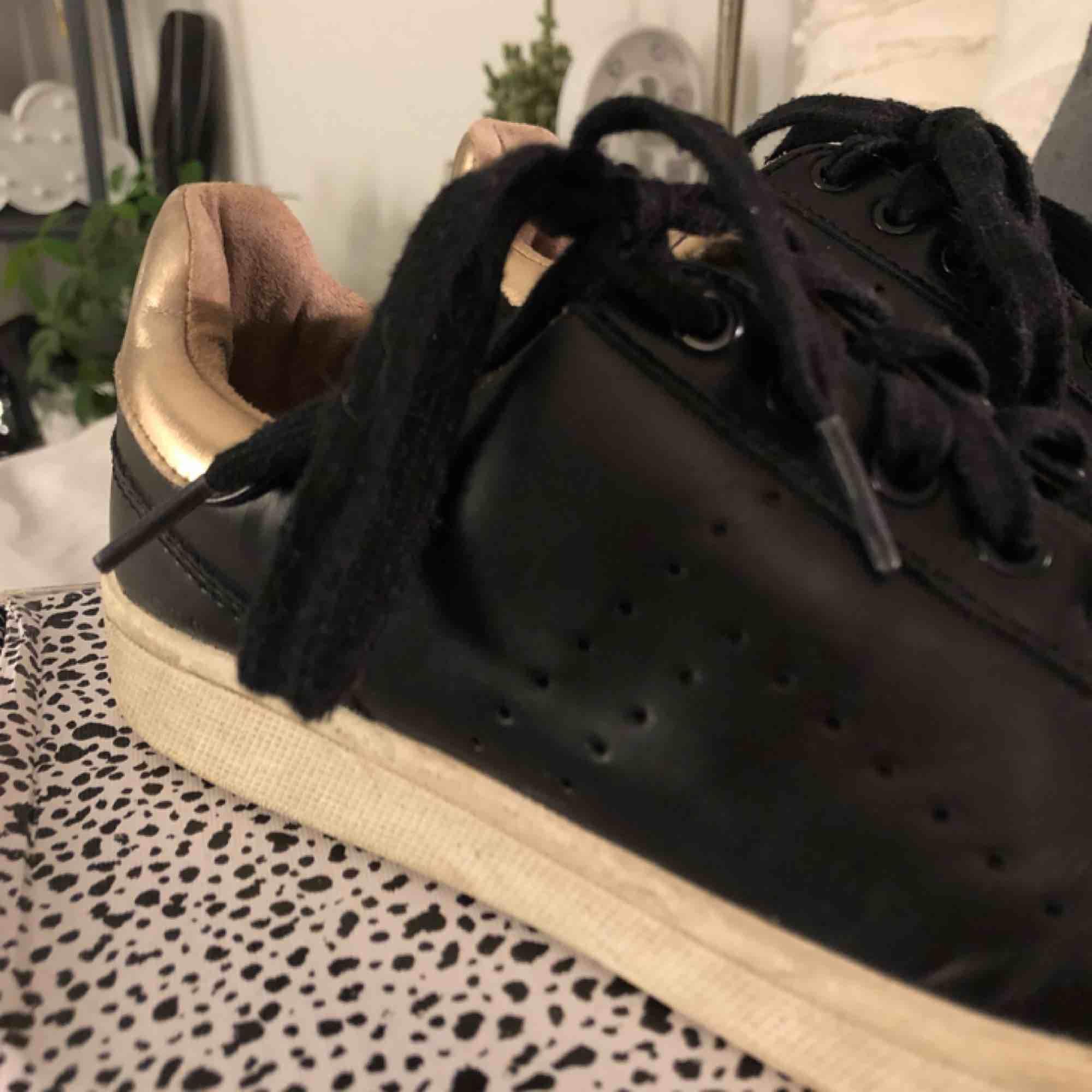 Sneakers från stradivarius. Väldigt använda och därav lite smutsiga. Köparen står för frakt :) . Skor.