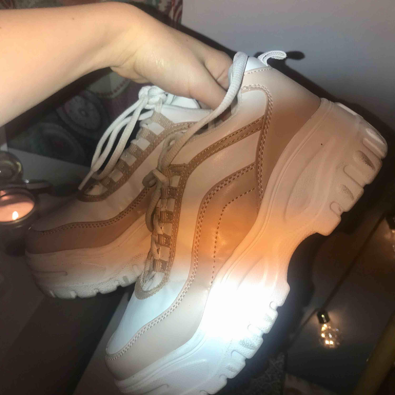 Sjukt snygga sneakers. Köpta för en månad sedan och vill gärna behålla men känns onödigt då jag har ett antal redan. Sulan är lite smutsig (kan tvätta bort) men annars är de i nytt skick!❤️❤️. Skor.