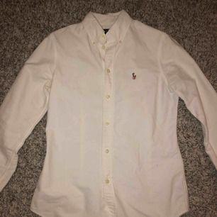 En jätte fin Ralph Lauren skjorta. Nästan aldrig använd och i väldigt fint skikt. Köparen står för frakt