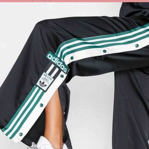 Äkta Adidas popper pants, oanvända med tags kvar. Beställa på Nelly. Köpta för 799, säljes för 400kr pris går att diskutera ☺️