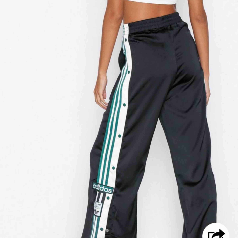 Äkta Adidas popper pants, oanvända med tags kvar. Beställa på Nelly. Köpta för 799, säljes för 400kr pris går att diskutera ☺️. Jeans & Byxor.