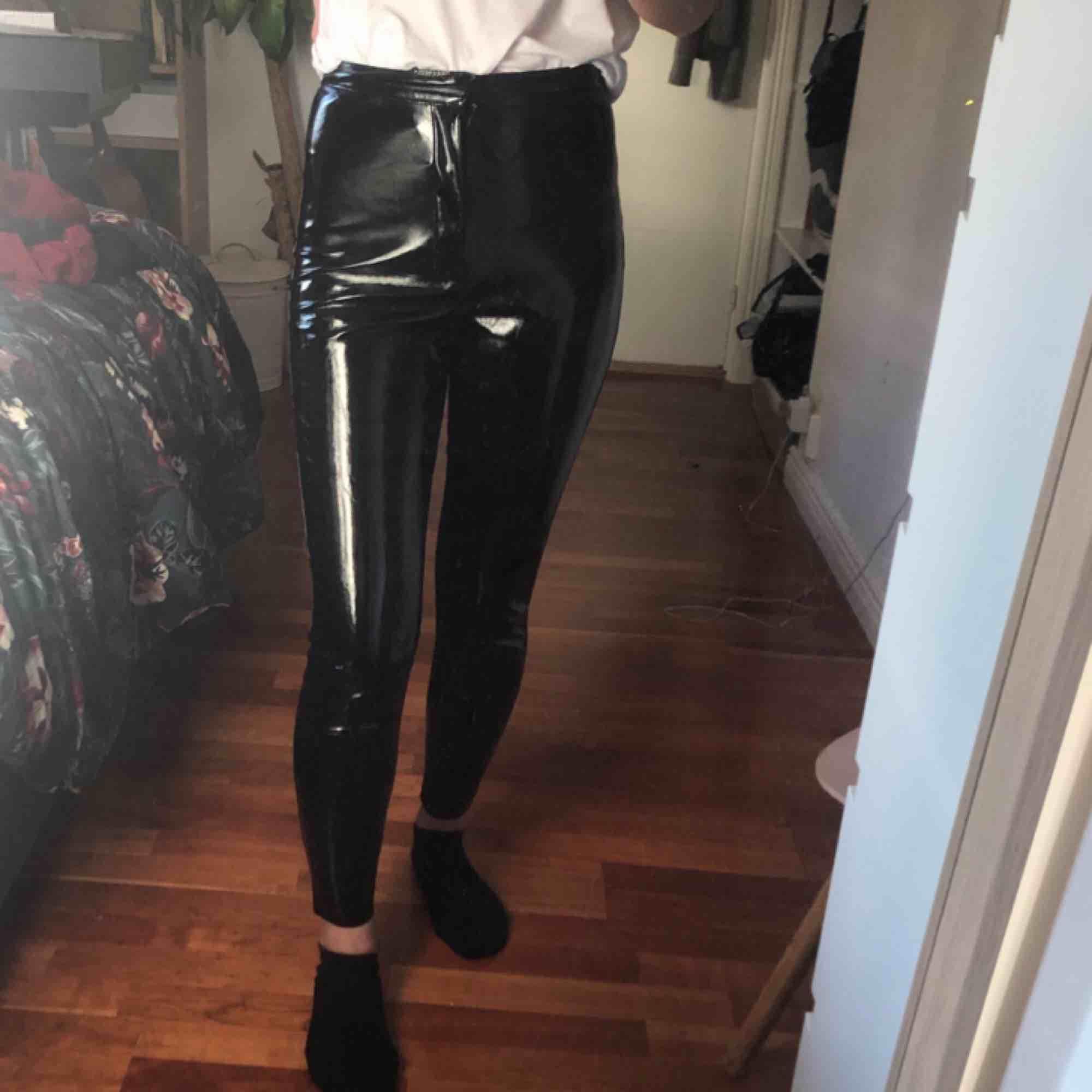 skit najs vinyl eller lack byxor från carlings, deras egna märke I STAY dem passar mig som är en xs/s passar midjor w25/26 jag är 165cm lång inga täcken på användning🔥 frakten ingår💌. Jeans & Byxor.