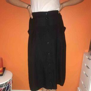 Tunn, somrig kjol från monki, med fickor. Står S i men passar mig som har M.