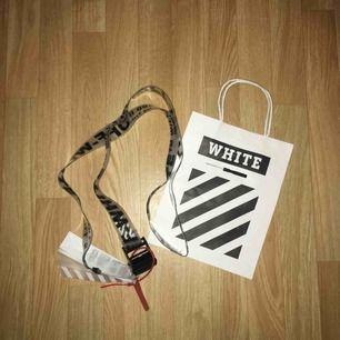 Genomskinlig OFF-WHITE (kopia) bälte säljes pga ingen användning. Påse och liten skruv (kan skruva loss svarta delen och sen klippa om man vill förkorta skärpet) tillkommer. FRI FRAKT!