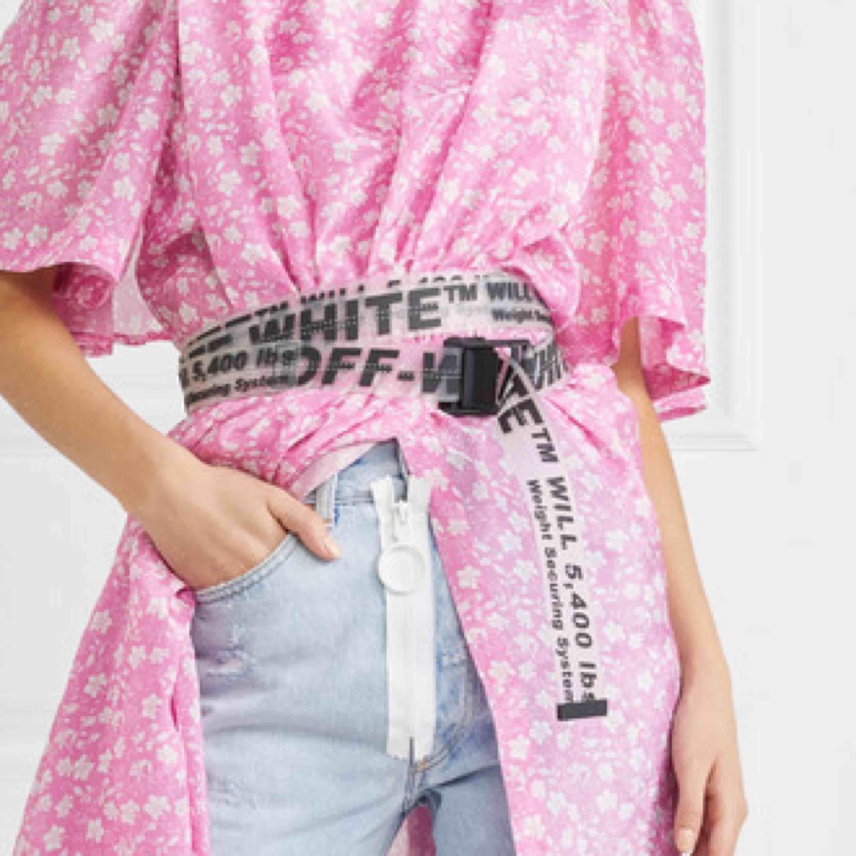 Genomskinlig OFF-WHITE (kopia) bälte säljes pga ingen användning. Påse och liten skruv (kan skruva loss svarta delen och sen klippa om man vill förkorta skärpet) tillkommer. FRI FRAKT!. Accessoarer.