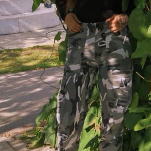 Ett par sjukt snygga camo pants i bra skick storleken är justerbar i midjan så alla från xs-M skulle kunna ha dem och såhar ser dem ut på en S