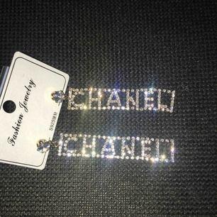 Chanel (kopia) örhängen säljes! De är rosé/guldiga på baksidan. FRI FRAKT