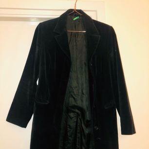 Jättecool sammet influerad kappa  Använd fåtal gånger då jag anser den för liten på mig.  Ifrån okänt märke Kan mötas upp eller frakta i Centrala Stockholm