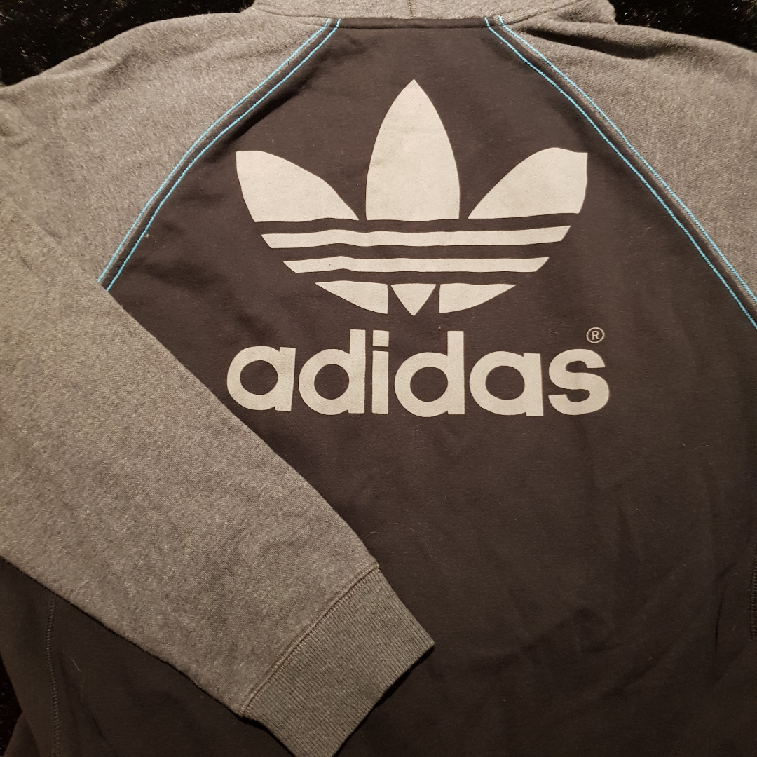 Adidas zip-up hoodie. Svart med gråa ärmar och luva, samt blåa sömmar. Använd fåtal gånger.  Se profil beskrivning för mer info inför köp.. Huvtröjor & Träningströjor.