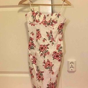 Blommig jeansklänning från H&M. Aldrig använd