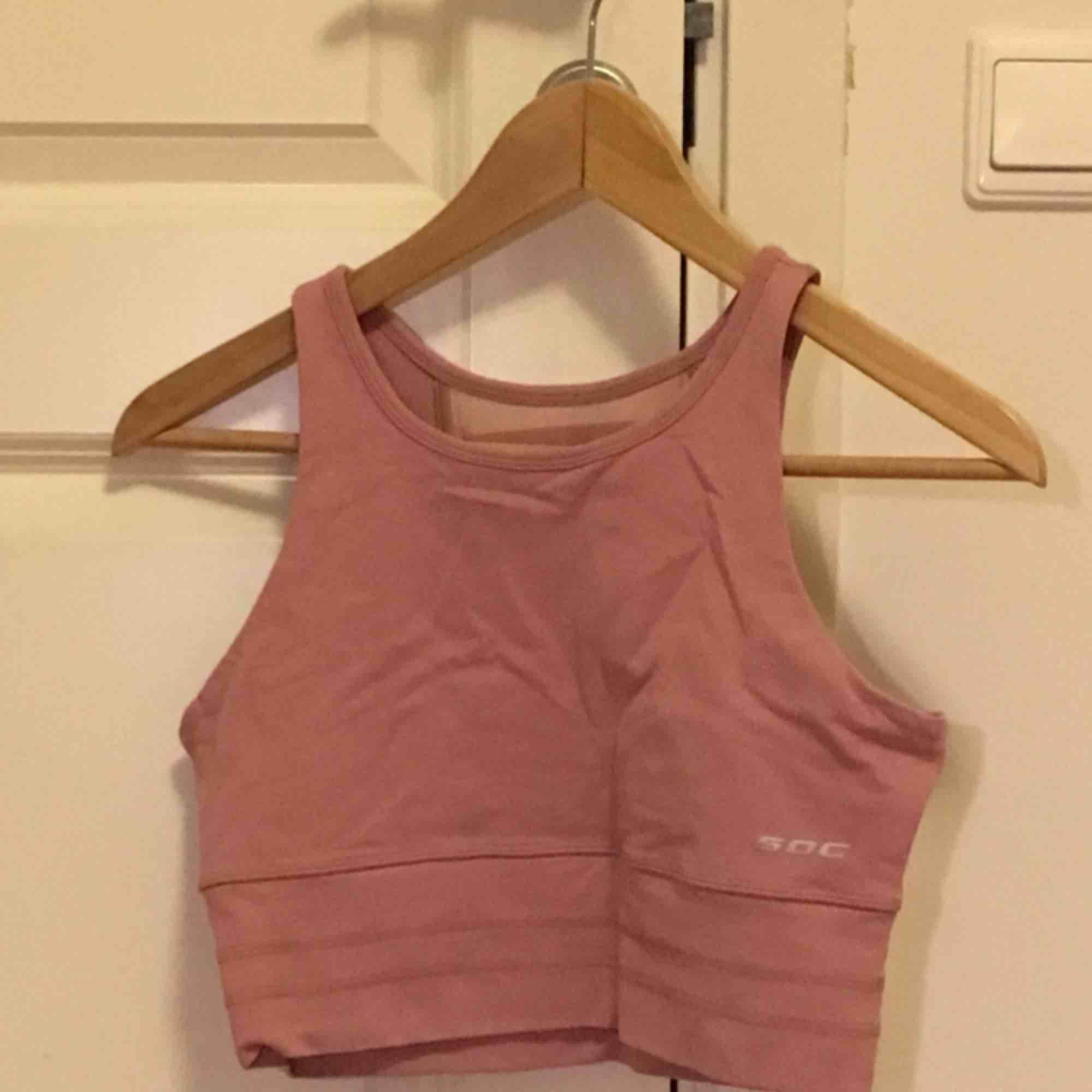 """Rosa träningsstopp med """"snörning"""" på ryggen. Aldrig använd. Huvtröjor & Träningströjor."""