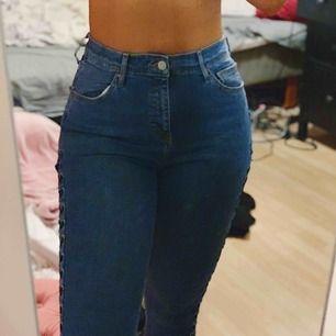 Blåa jeans med snörning på sidan, jättesnygga men passar inte mig riktigt så de används inte. Köparen står för frakt