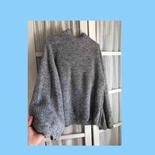 Jättefin stickad tröja med ballongarmar från Amisu, använd ca 3 ggr och i väldigt fint skick. Passar Xs-m🌹