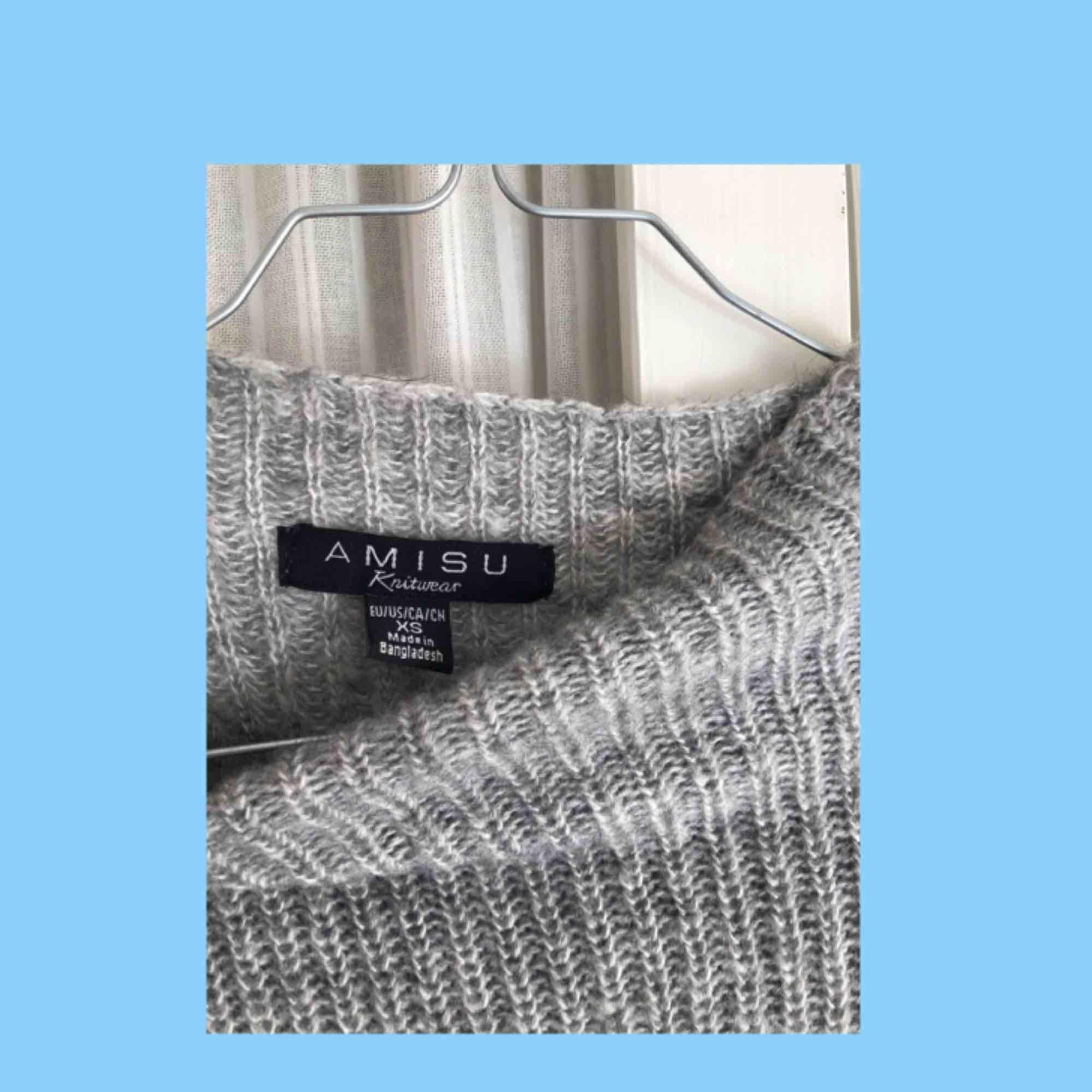 Jättefin stickad tröja med ballongarmar från Amisu, använd ca 3 ggr och i väldigt fint skick. Passar Xs-m🌹. Stickat.
