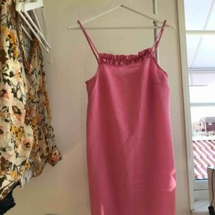 Sjukt fin rosa klänning från Monki. Helt oanvänd! Säljer pga för liten tyvärr. Kan mötas upp i Uppsala, men annars står köparen för frakten.