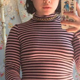 En söt rosa svart randig tröja med turtleneck 🌼 Kommer tyvärr ej ihåg vart jag köpte tröjan⭐️ frakt =35kr