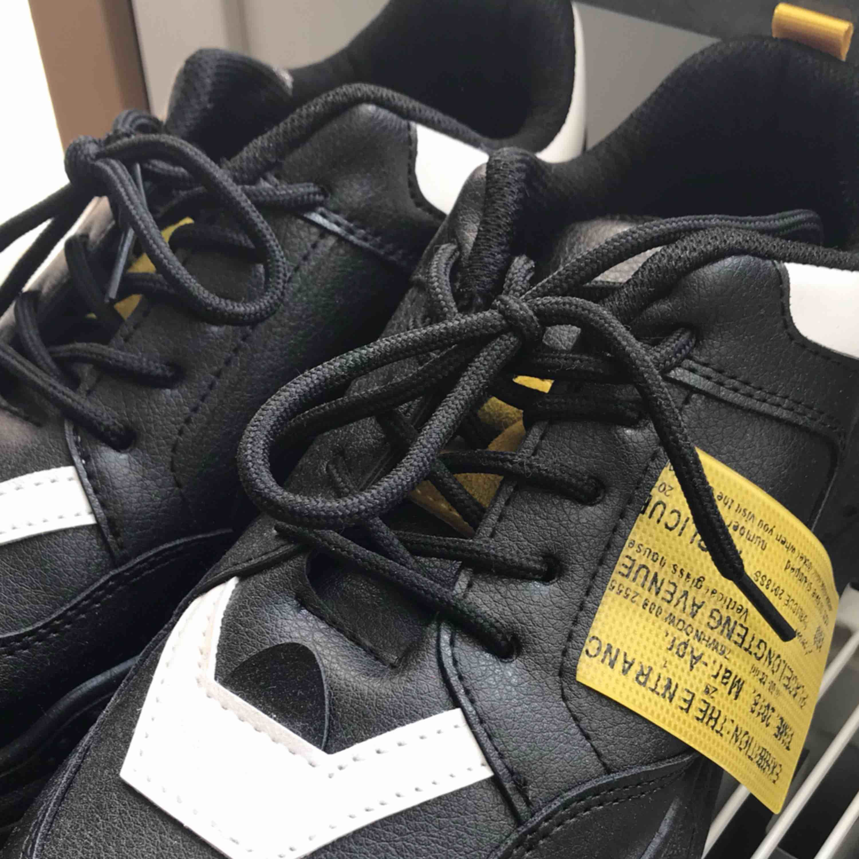"""Trendiga """"chunky"""" sneakers till våren. Häftiga detaljer  i lite """"off-white"""" liknande stil. Köpta online för ca 3månader sen men aldrig använda.  Kan mötas upp i Stockholm.  Pris 180kr, swish eller kontant.. Skor."""