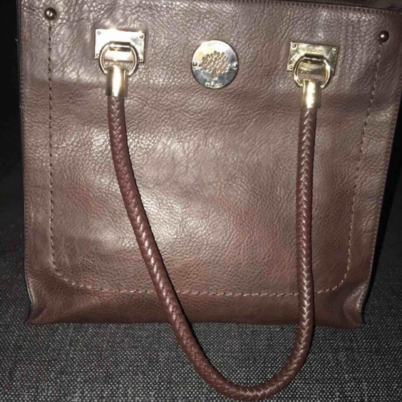 Väskan är kopia men ser väldigt äkta ut.  . Väskor.