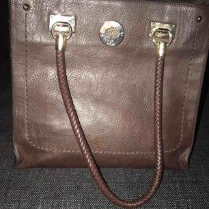 Väskan är kopia men ser väldigt äkta ut.