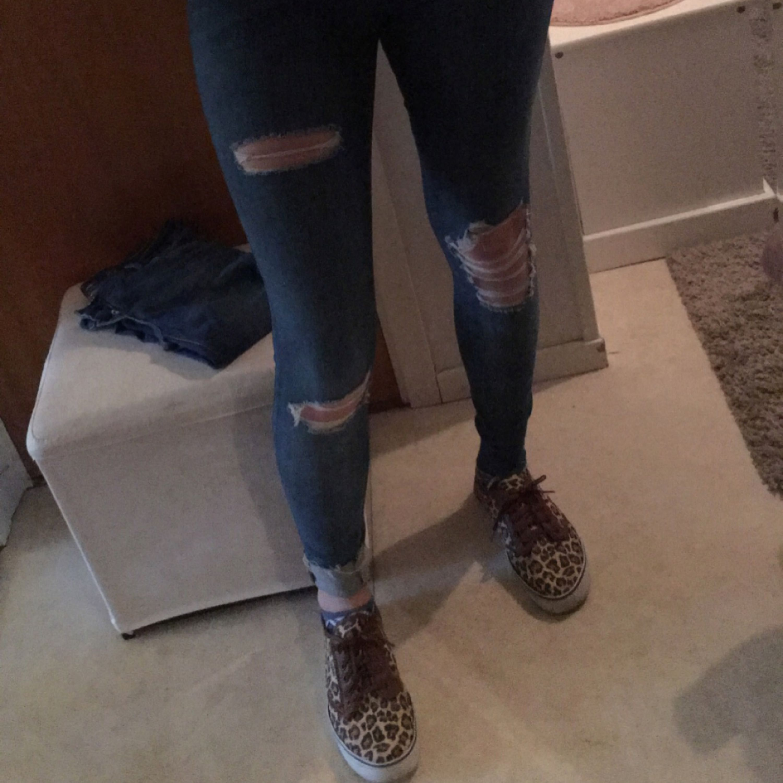 Jeansen Stl 36 högmidja  ny med lapp kvar . 100:- ny pris 699. .skorna 40 70:- bälte 95cm nytt 80:-  köparen står för frakten . . Jeans & Byxor.