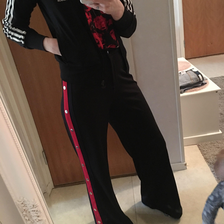 Adidas tröjan Stl 42 mer som en s 80:- byxa Stl 36 60:-  köparen står för frakt . Jeans & Byxor.