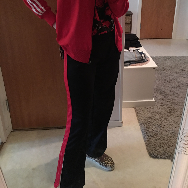 Adidas tröja Stl m 100/-  nya byxor Stl s 100:- skorna Stl 40 . Jeans & Byxor.