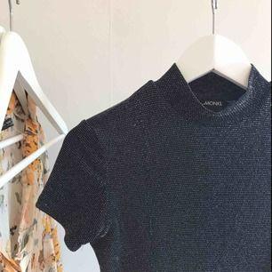 Mycket fin glittrig och svart top/t-shirt från Monki! Använd en gång och säljer pga använder den inte. Kan mötas i Uppsala, men annars står köparen för frakten.