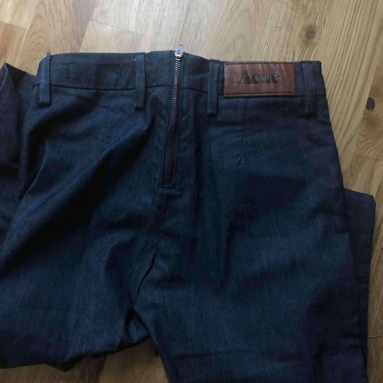 Mörkblå Acne jeans som knappt är använda. Väldigt fint skick! Dragkedja bak, fickor fram. Smala stuprörsjeans.  Kan frakta om du betalar frakten på ca 40 spänn . Jeans & Byxor.