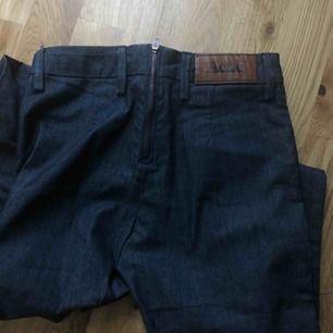 Mörkblå Acne jeans som knappt är använda. Väldigt fint skick! Dragkedja bak, fickor fram. Smala stuprörsjeans.  Kan frakta om du betalar frakten på ca 40 spänn