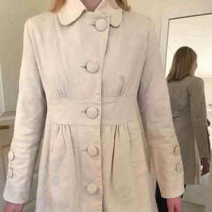 Superfin oanvänd kappa från märker Jashia. Den är beige/mörkt vit. Kan mötas i Uppsala, men annars står köparen för frakten.
