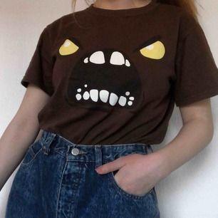 T-shirt med coolt och unikt tryck. Den är i fint skick. Frakt tillkommer på 30-40 kr