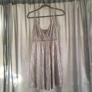 Glittrig klänning, använd ett fåtal gånger så fint skick. Hör av er för fler foton eller så 😍
