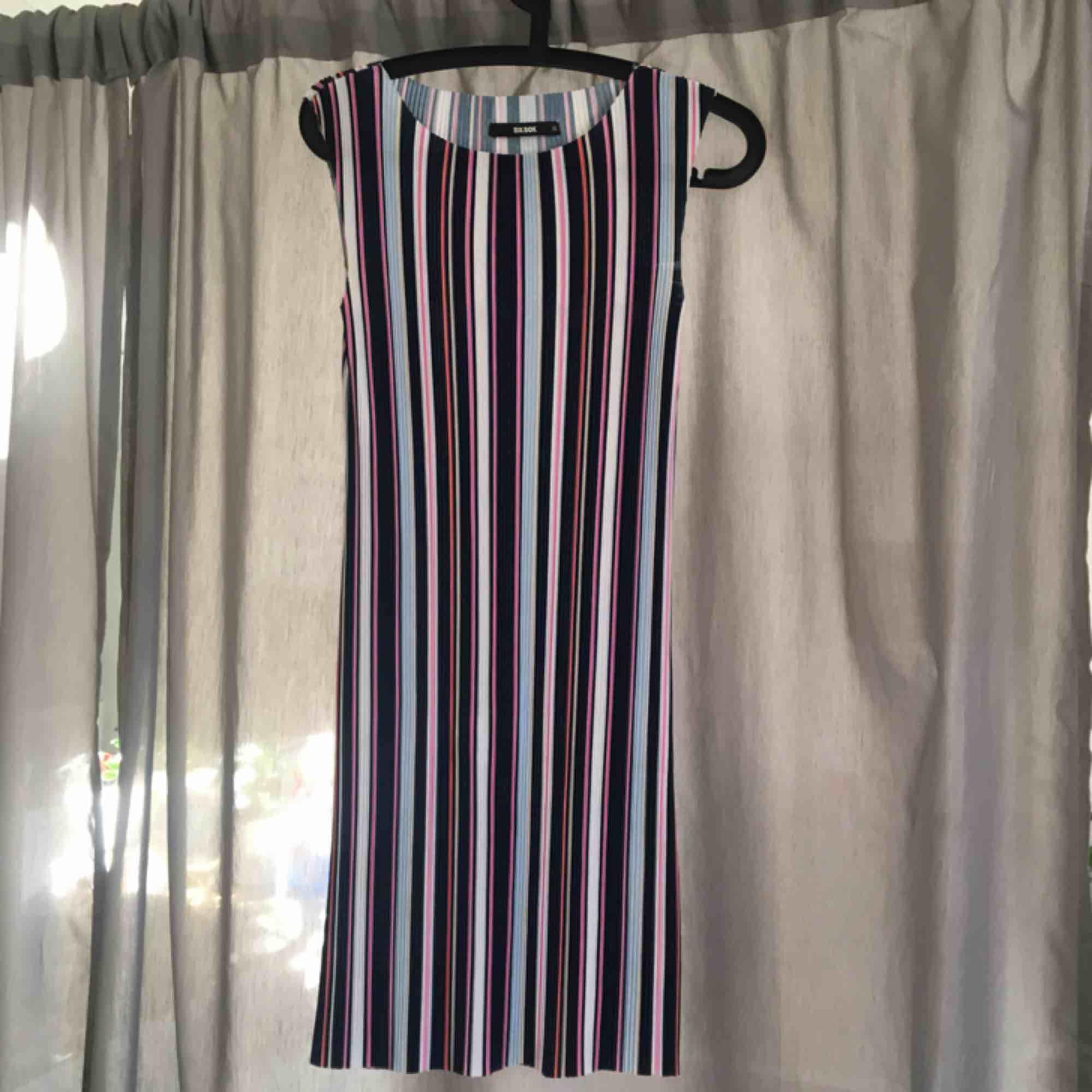 Söt randig klänning från bikbok. Hör av er för fler foton eller så 😍. Klänningar.