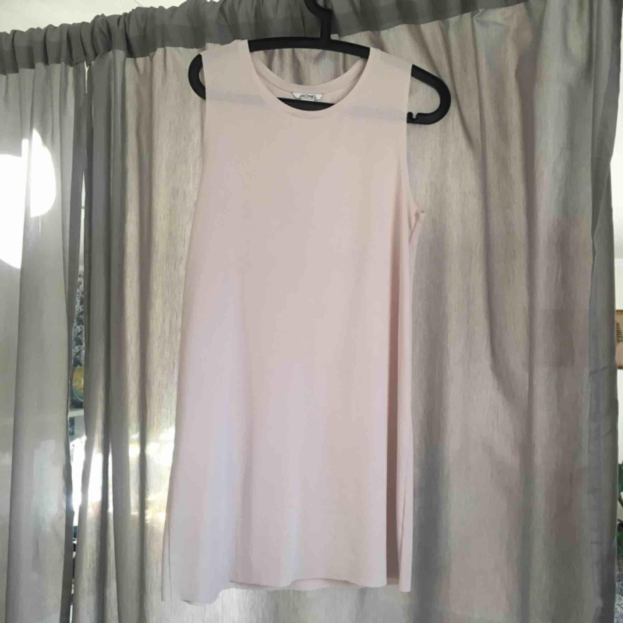 Fin klänning i skönt material från monki. Hör av er för fler foton eller så 😍. Klänningar.