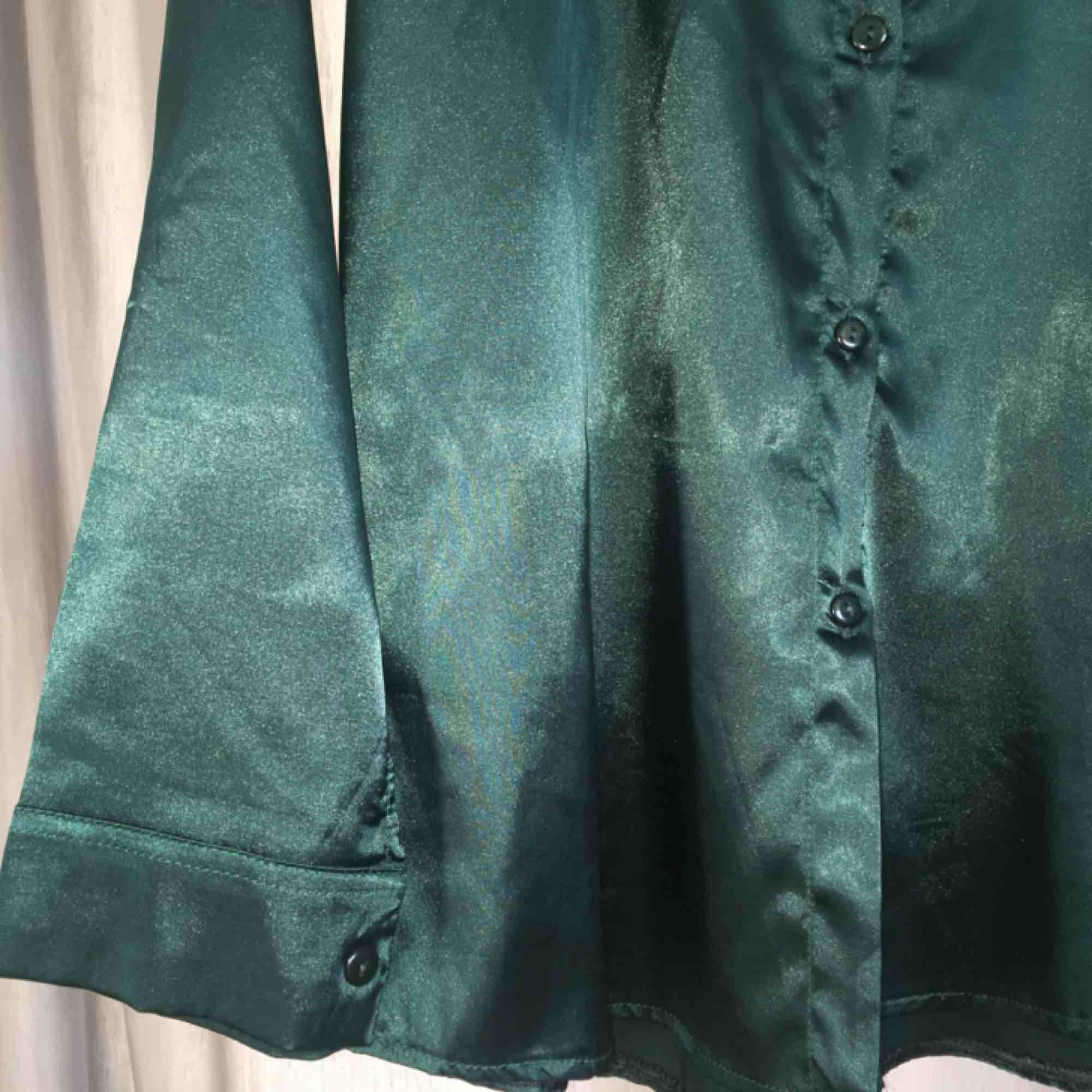 Grön glansig blus, färger blir mer rättvis på bild 2. Hör av er för fler foton eller så 😍. Blusar.