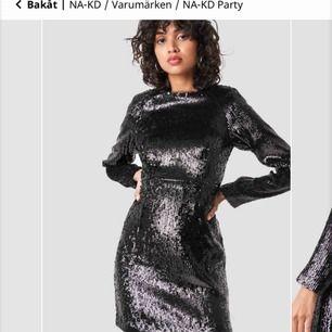 Marked Shoulder Sequins Mini Dress från NA-KD. Helt ny glänsande svart flitterklänning. Aldrig använd. Frakt är plus 55kr.