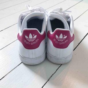 Stan Smith sneakers Från Adidas. Använda en halv dagI superfint skick. Kan skickas.
