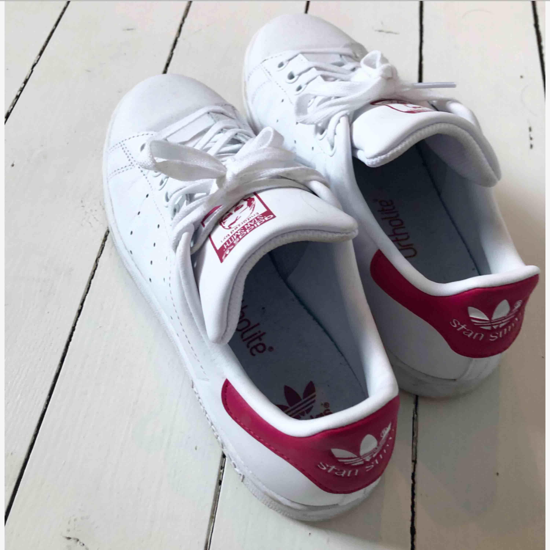 Stan Smith sneakers Från Adidas. Använda en halv dagI superfint skick. Kan skickas. . Skor.