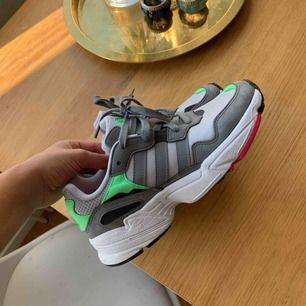 Ett par helt nya sneakers från Adidas. Supersköna och snygga i färgerna grå, neongrön och rosa. Perfekta till våren 😊  Ordinariepris ca 1000kr
