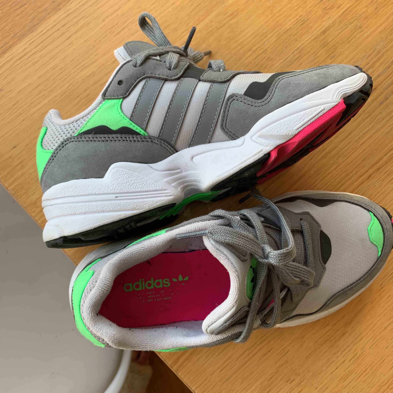 Ett par helt nya sneakers från Adidas. Supersköna och snygga i färgerna grå, neongrön och rosa. Perfekta till våren 😊  Ordinariepris ca 1000kr. Skor.