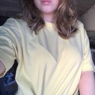 Cool ljusgul T-shirt i tjockare material från carlings✨ 80kr+50kr frakt