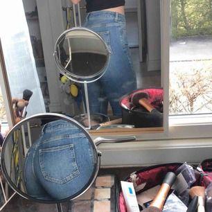 Jeans från Never Denim, lätt utsvängda. Både fina att ha som de är eller att kavla upp. Säljer pga för små