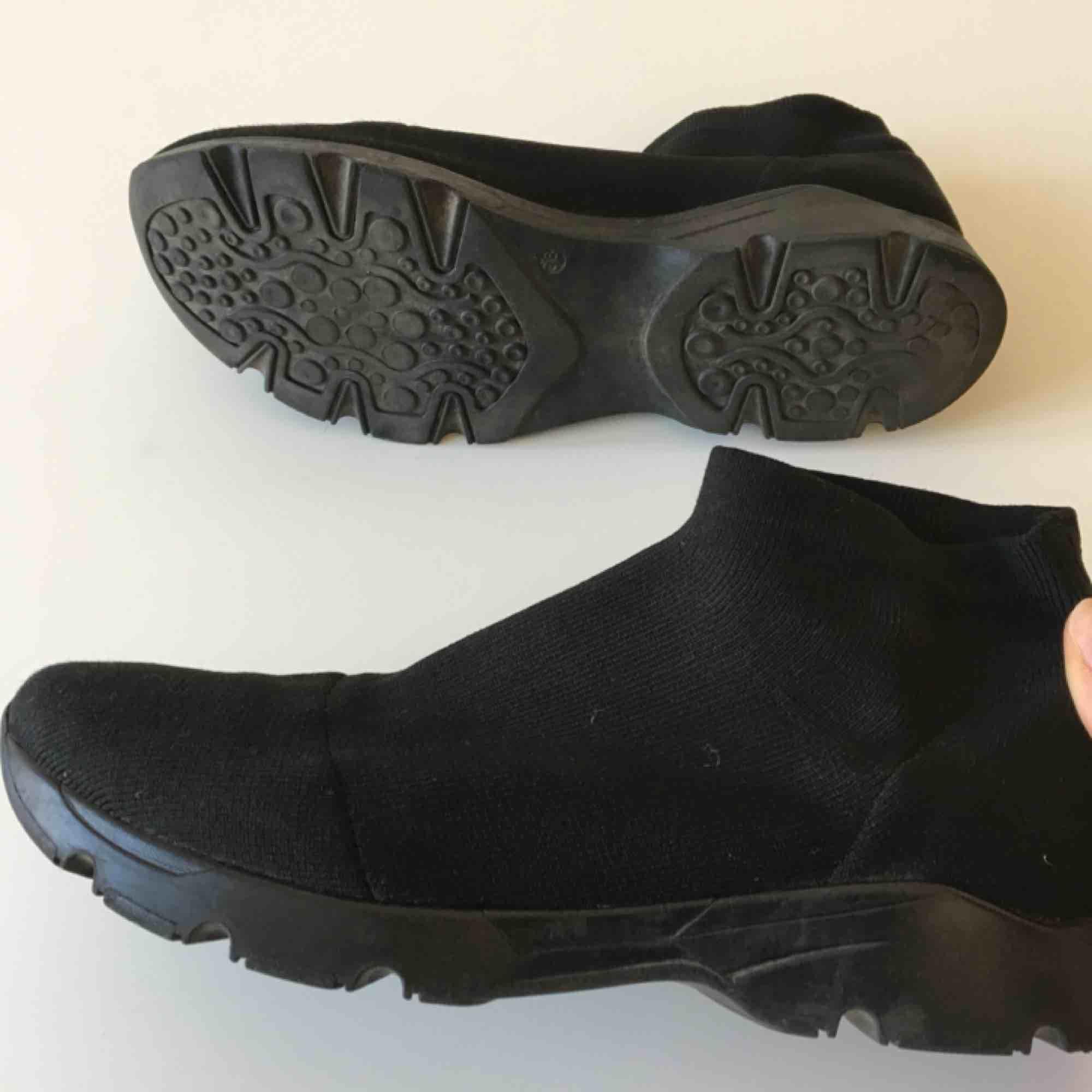 Säljer väldigt sköna sock sneakers från MM6 / Maison Marigela i stl 38. Googla, MM6 sock knit sneaker, för att se fler bilder! . Skor.