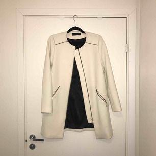 Vit kappa från Zara, superfin kvalité och knappt använd. Säljer den pga inte riktigt min stil.
