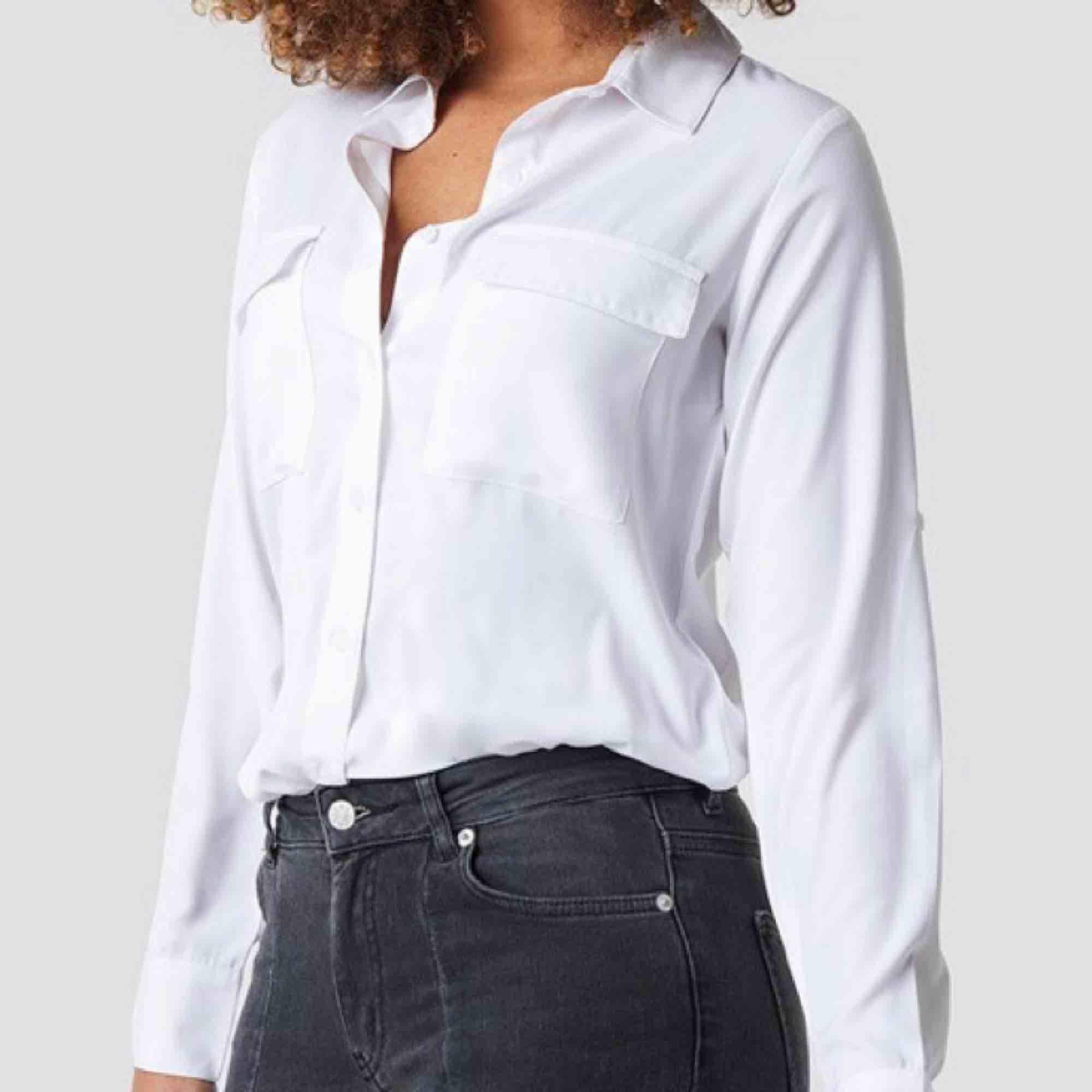 Skjorta köpt på Nakd. Använd endast en gång. Frakt ingår. Är annonsen kvar är produkten kvar 🙃. Skjortor.
