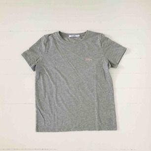 """T-shirt från Nakd. Använd endast en gång. Text """"Honey"""" broderat på bröstet. Frakt 18kr. Är annonsen kvar är produkten kvar 🙃"""