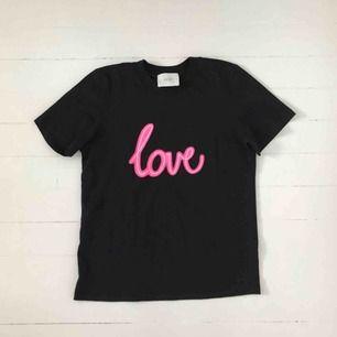 T-shirt med rosa tryck. Köpt på Nakd. Aldrig använd. Köparen betalar frakten. Är annonsen kvar är produkten kvar 🙃